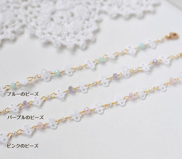 ホワイト色の小さな花をパールとビーズで繋げた繊細なブレスレット