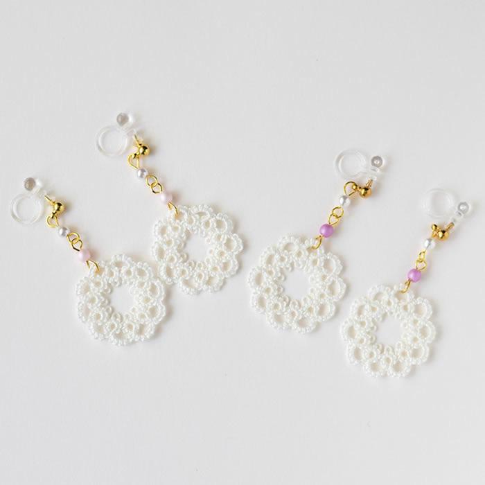 マットなパウダーピンク色のパールとホワイトのパールで繋げて、揺れるアクセサリーに仕上げました。