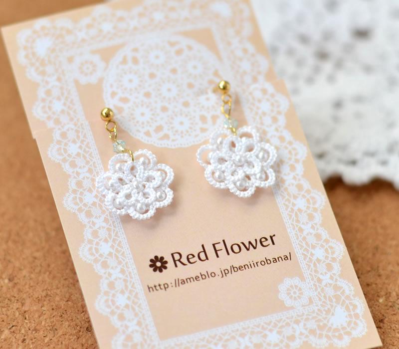 純白のお花イヤリング / ピアスは繊細なレースが魅力のシリーズです。